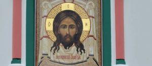 Мозаичная икона Спас Нерукотворный на фасаде Храма