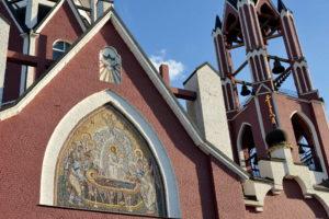 Мозаичная икона Снисхождение святого духа в нише Троицкого Храма