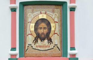 Икона из мозаики Спас Нерукотворный на стене Храма