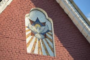 Мозаичная икона Снисхождение святого духа на стене Троицкого Храма Щелково
