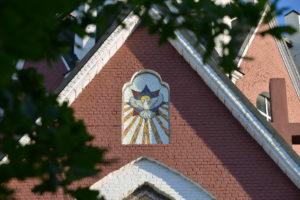 Мозаичная икона Снисхождение святого духа на стене Троицкого Храма