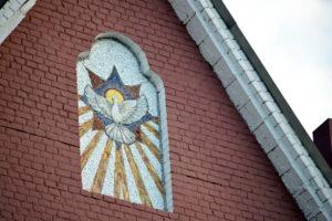 Снисхождение святого духа. Икона из мозаики на фасаде Троицкого Храма